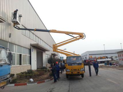 高空车在厂区施工