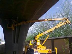 升降车蜜桃网在修补高架桥